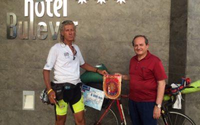 Llega a Burgos el ciclista serbio que cruza Europa con fines solidarios